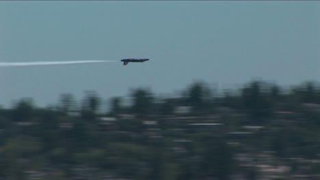 Un-Barril-A-Reacción-De-Los-ángeles-Azules-Rueda-Y-Pasa-Volando-Junto-A-Otras-Aeronaves