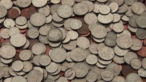 Un-Montón-De-Monedas-Americanas-Yace-Esparcidas-Sobre-Una-Superficie