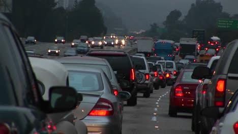 El-Tráfico-Avanza-Lentamente-En-Una-Autopista-Concurrida-3