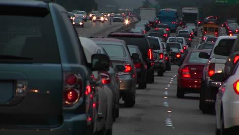 Tráfico-Pesado-Conduce-Por-Una-Autopista