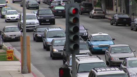 El-Tráfico-Congestionado-Avanza-Lentamente-Por-Una-Calle-De-La-Ciudad-