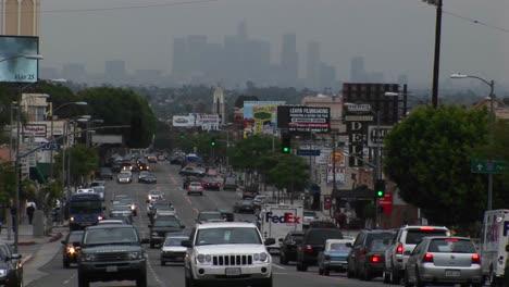 El-Tráfico-Congestionado-Pasa-Por-Una-Calle-De-La-Ciudad-