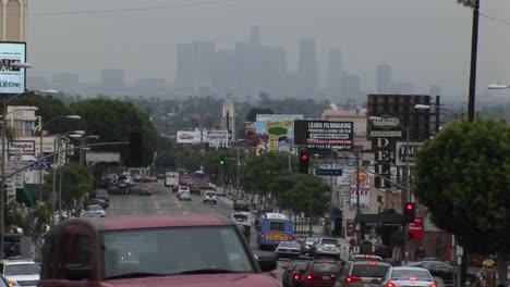 El-Tráfico-Congestionado-Pasa-Por-Una-Calle-De-La-Ciudad-1