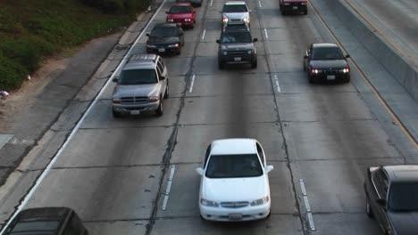 El-Tráfico-Se-Mueve-A-Lo-Largo-De-Una-Autopista