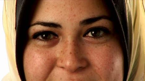 Una-Mujer-Usa-Un-Pañuelo-En-La-Cabeza-7