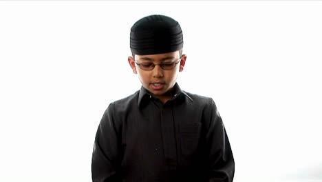 Un-Niño-Reza-Con-Un-Sombrero-Ajustado
