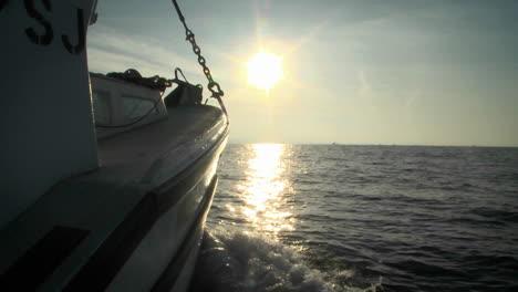 Un-Barco-Navega-En-Aguas-Abiertas-Hacia-El-Horizonte