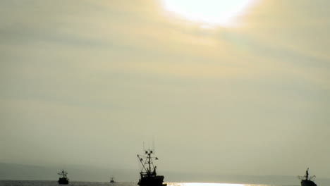 Los-Barcos-Se-Mueven-Por-El-Agua-Cuando-El-Sol-Comienza-A-Ponerse