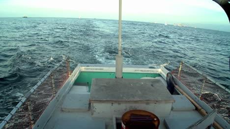 Un-Barco-Navega-Por-El-Agua