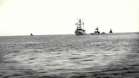 Un-Grupo-De-Barcos-Se-Sientan-Juntos-En-El-Océano