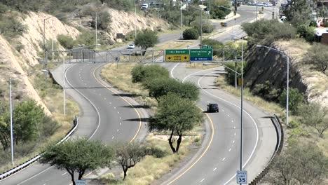 Los-Vehículos-Circulan-Por-Un-Tramo-De-Carretera-Rural-