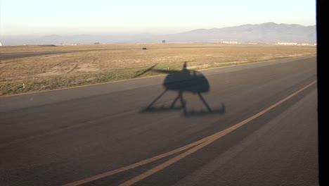 Un-Helicóptero-Sobrevuela-Un-Largo-Tramo-De-Carretera