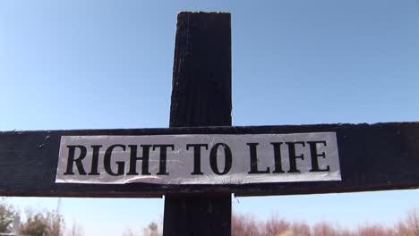 Una-Cruz-De-Madera-Tiene-Un-Cartel-Del-Derecho-A-La-Vida-Adjunto