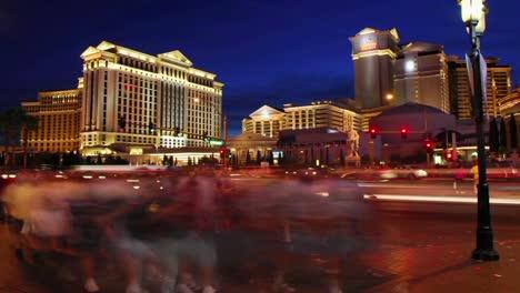 Ein-Zeitraffer-Von-Fußgängern-Und-Fahrzeugen-In-Der-Nähe-Von-Hotelcasinos-In-Las-Vegas-1