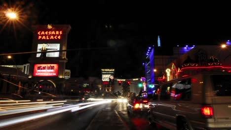 Ein-Zeitraffer-Von-Fußgängern-Und-Fahrzeugen-In-Der-Nähe-Von-Hotelcasinos-In-Las-Vegas-2