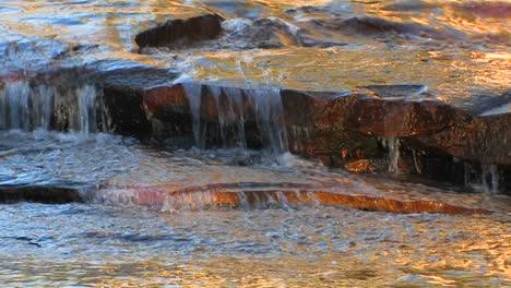 Wasser-Fließt-über-Flache-Felsen-Auf-Tuolumne-Wiesen-Im-Yosemite-Nationalpark