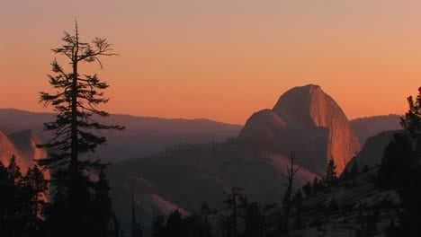 The-goldenhour-sun-glows-over-a-mountainous-landscape-in-Yosemite-National-Park-California