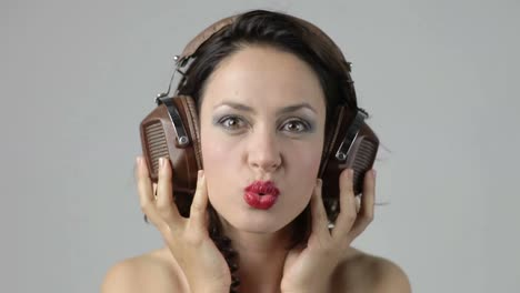 Mujer-Joven-Auriculares-09