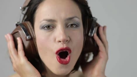 Auriculares-de-mujer-joven-11