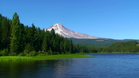 A-wilderness-lake-and-snowcapped-mountain-at-Trillium-Lake-Mt-Hood-in-Oregon