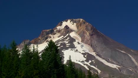 A-wilderness-lake-and-snowcapped-mountain-at-Trillium-Lake-Mt-Hood-in-Oregon-1