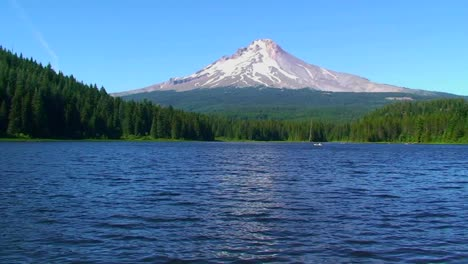 A-wilderness-lake-and-snowcapped-mountain-at-Trillium-Lake-Mt-Hood-in-Oregon-2