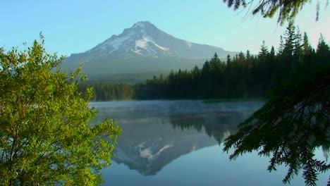 El-Vapor-Se-Eleva-Desde-El-Lago-Trillium-Que-Está-Rodeado-De-Pinos-Cerca-Del-Monte-Hood-En-Oregón-1