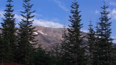 Luz-Mullida-Nubes-Cuelgan-En-El-Cielo-Sobre-Una-Montaña-En-El-Parque-Nacional-Mt-St-Helens