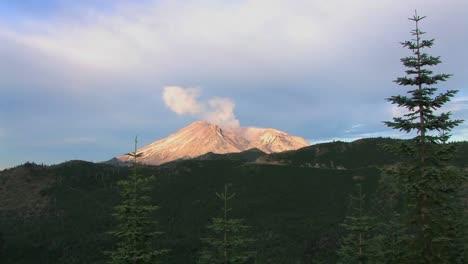 La-Caldera-Colapsada-Del-Monte-Santa-Helena-Humea-Sobre-Las-Colinas-Boscosas-Del-Parque-Nacional
