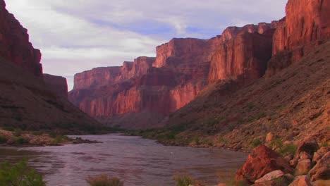 El-Río-Colorado-Fluye-A-Través-De-Un-Hermoso-Tramo-Del-Gran-Cañón
