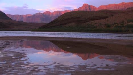 El-Río-Colorado-Fluye-A-Través-De-Un-Hermoso-Tramo-Del-Gran-Cañón-1