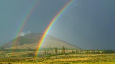 Un-Arco-Iris-Doble-Brilla-Sobre-Un-Campo