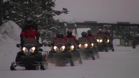 Un-Tren-De-Motos-De-Nieve-Se-Dirige-A-Través-De-La-Nieve-Profunda-En-El-Parque-Nacional-De-Yellowstone-