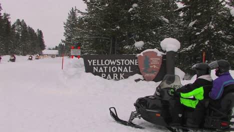 Motos-De-Nieve-Entran-En-El-Parque-Nacional-De-Yellowstone