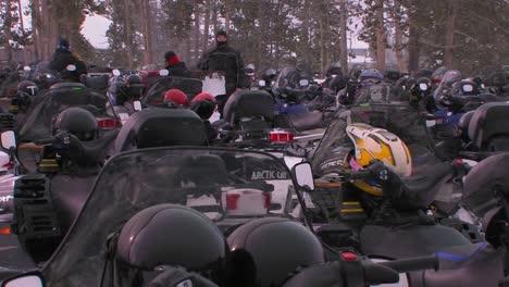 Muchas-Motos-De-Nieve-Están-Alineadas-En-Un-Estacionamiento-De-Motos-De-Nieve