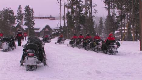 Un-Recorrido-En-Moto-De-Nieve-Se-Prepara-Para-Salir-Del-Parque-Nacional-De-Yellowstone-