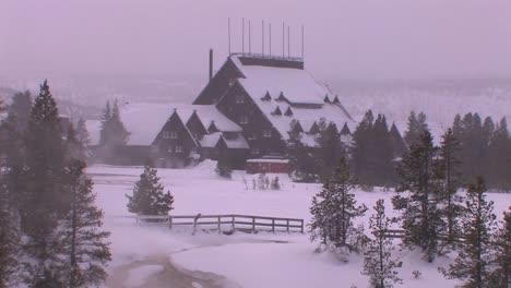 Die-Yellowstone-Lodge-Befindet-Sich-In-Der-Ferne-Von-Dieser-Winteraufnahme-Im-Yellowstone-Nationalpark-1-National