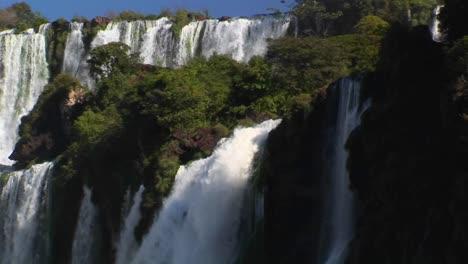 Iguacu-Falls-flowing-at-the-Argentina/Brazil-border
