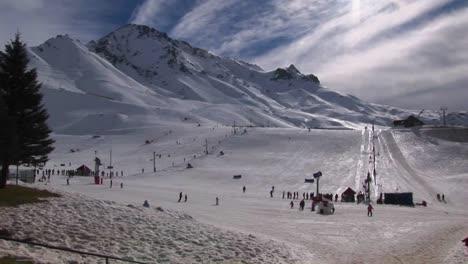 La-Gente-Se-Está-Preparando-Para-Esquiar-En-Una-Estación-De-Montaña-