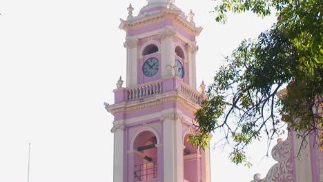 Ein-Rosa-Uhrturm-Zeigt-Die-Uhrzeit-An