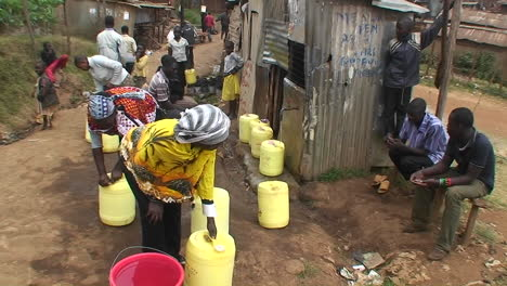 People-fill-water-in-canisters-from-a-faucet-on-the-street