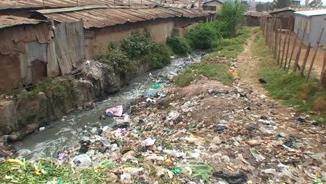 Agua-Contaminada-Que-Fluye-En-Un-Tugurio-Insalubre