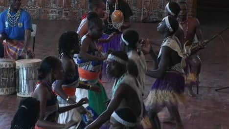 Un-Grupo-De-Personas-Bailando