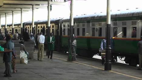 La-Gente-Camina-Al-Lado-De-Un-Tren-En-Una-Estación-