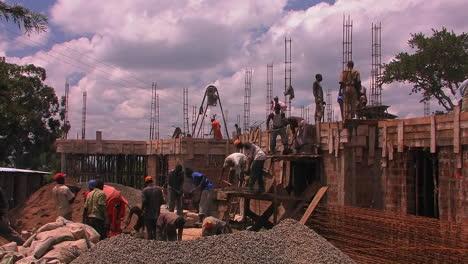 Construcción-workers-building-a-house