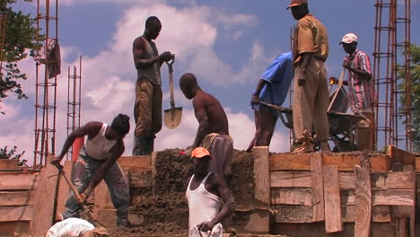 Workers-in-a-construcción-site-in-Africa