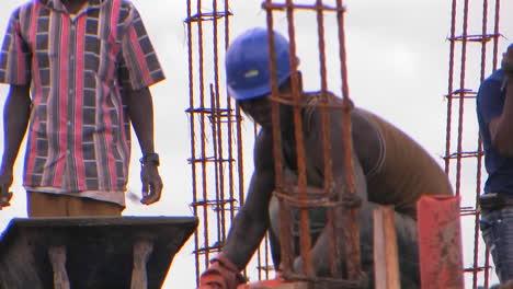 Los-Hombres-Trabajan-En-Un-Trabajo-De-Construcción