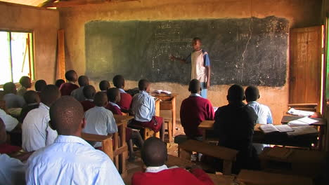 Niños-learning-in-a-classroom-in-Africa