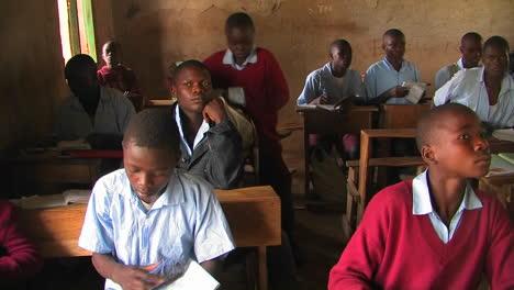 Niños-sitting-in-a-classroom