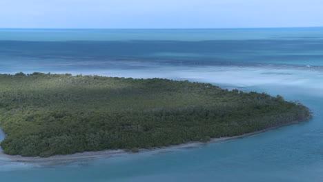 Una-Toma-Aérea-Sobre-Una-Laguna-Del-Caribe-2